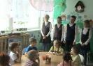 Учащиеся 4 класса школы № 17 представляют тактильную книгу, сделанную своими руками детям с проблемами зрения из детского сада № 32