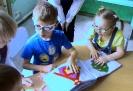 Дети с проблемами зрения из детского сада № 32 с интересом рассматривают тактильную книгу, сделанную читателями Центральной детской библиотеки