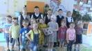 Учащиеся 4 класса школы № 17 на встрече с детьми с проблемами зрения из детского сада № 32, где представили тактильную книгу, сделанную своими руками