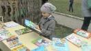 Посетительница выставки книжных новинок Центральной детской библиотеки в рамках акции «Доброе лето»