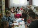 Участники познавательной программы «И сказок пушкинских страницы» от Библиотеки № 9 пос. Рудничный рисуют иллюстрации к произведениям А. С. Пушкина