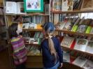 Посетители книжной выставки, оформленной к фестивалю пушкинской поэзии на абонементе Центральной городской библиотеки