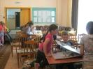 Дети из летнего лагеря пос. Рудничный рассматривают тематические краеведческие альбомы