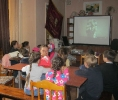 Дети летнего оздоровительного лагеря поселка Рудничный с интересом смотрят научно-популярный фильм «Работа ветра в природе»
