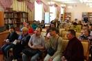 Участники и зрители открытия выставки творческих работ инвалидов «Тебе, любимый город!» в Центральной городской библиотеке