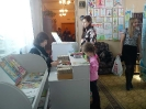 Заведующая Библиотекой № 9 Светлана Фалалеева и юные читатели библиотеки