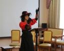 Участница вокальной группы «Романс» Краснотурьинского комплексного центра социального обслуживания населения Мингазова Нина в концертной программе для пенсионеров «Очарование»