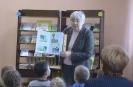 Библиотекарь Любовь Васькина читает участникам литературно-игровой программы сказку В. Сутеева «Цыпленок и утёнок»
