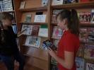 Участницы беседы «Машина времени уже создана?!» знакомятся с произведениями, представленными на одноименной книжной выставке в Центральной городской библиотеке