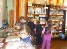 Маленькие посетители выставки творческих работ членов городского общества инвалидов «Все делаем сами – своими руками!» в Библиотеке № 8