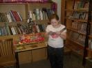 Лиза Степанова выразительно прочитала вслух новогодний рассказ и получила сладкий приз с ёлочки