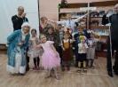 Ребята вместе с родителями и Снегурочкой выполняли задания, чтобы помочь Деду Морозу скорее прийти к ним на праздник