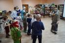 Ребята отгадывали загадки Бабы-Яги, чтобы помочь Деду Морозу скорее прийти к ним на праздник