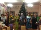 Участницы хора «Зоренька» на новогоднем квартирнике в Центральной городской библиотеке