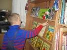 Участник литературного часа в Библиотеке № 10 у книжной выставки, посвященной книге Т. Александровой «Домовенок Кузька»
