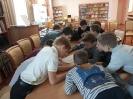 Шестиклассники школы № 23 выполняют задания в рамках информационного часа «Безопасный Интернет» в Центральной городской библиотеке