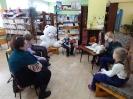Участники акции «Читаем вместе! Читаем вслух!» в Центральной детской библиотеке слушают сказку Юрия Яковлева «Умка» и смотрят мини-спектакль с участием мягкого игрушечного медвежонка
