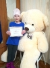 Благотворительный сертификат команда библиотекарей и волонтеров «Театральный десант», вручила 11-летней Анастасии Ридель