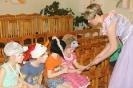 Фея подарила детишкам большие сказочные книги с яркими цветными картинками