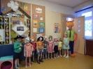 Лис Ник раздавал детям карнавальный реквизит, чтобы малыши были готовы к предстоящему балу