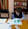 Ребята из творческой мастерской «Чудо-ручки, чудо-штучки» Центральной детской библиотеки создают своими руками «особую» тактильную книгу – сказку «Теремок»