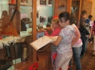 Дети из летнего лагеря пос. Рудничный рассматривают экспонаты музейной экспозиции «Земля Ауэрбаха»