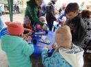 Участники мастер-класса «Медальоны удачи» на библиотечной площадке городского фестиваля «Позитивный город»
