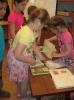 Дети лагеря отдыха поселка Рудничный, участники краеведческой программы «Знаешь ли ты свой город?» знакомятся с материалами книжной выставки