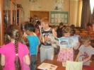 Дети лагеря отдыха поселка Рудничный, участники краеведческой программы «Знаешь ли ты свой город?» в библиотеке поселка