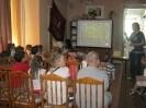 Библиотекарь Светлана Фалалеева рассказывает участникам краеведческой программы об истории г. Краснотурьинска