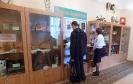 Жители поселка Рудничный рассматривают краеведческую экспозицию в Библиотеке № 9