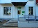 Вход в Центральную городскую библиотеку с оборудованием для людей с ограниченными возможностями здоровья