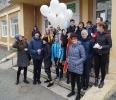 Участники праздника запустили в небо воздушные шарики с журавликами как символ мира, добра и света