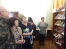 Посетители выставки творческих работ членов городского общества инвалидов «Все делаем сами – своими руками!» в Библиотеке № 8