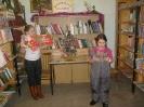 Лиза Степанова и Настя Прудникова у новогодней книжной фотозоны в Библиотеке № 2 поселка Воронцовка