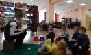 Участники акции «Читаем вместе! Читаем вслух!» в Центральной детской библиотеке слушают сказку на «лесной полянке»
