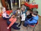 Участники акции «Читаем вместе! Читаем вслух!» в библиотечной комнате сказок слушают забавные истории об озорных ёжиках