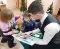 Участники акции «Читаем вместе! Читаем вслух!» в Центральной детской библиотеке с удовольствием разглядывали красочные иллюстрации в книжках