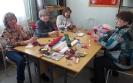 Участницы мастер-класса по изготовлению цветов из бумаги в Библиотеке № 2 поселка Воронцовка