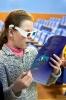 Одна их участниц праздника открытия Недели детской книги с интересом рассматривала 3D-картинки в специальных очках. Фото: Вадим Аминов (газета «Вечерний Краснотурьинск»)
