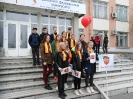 Участники флэшмоба «Песня Победы» на площадке возле филиала УрФУ