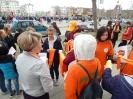 Волонтеры раздавали всем участникам акции нарядные оранжевые шарфики