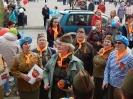 Участники флэшмоба «Песня Победы» на площадке возле Центральной городской библиотеки