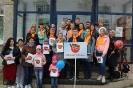 Участники флэшмоба «Песня Победы» на площадке возле редакции газеты «Вечерний Краснотурьинск»