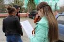 Волонтеры раздавали всем участникам акции текст песни «День Победы»