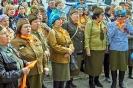 Участники флэшмоба «Песня Победы» на площадке возле Центральной городской библиотеки. Фото: редакция газеты «Вечерний Краснотурьинск»