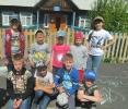 Участники конкурса рисунков на асфальте в поселке Чернореченск