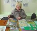 Читатели Библиотеки № 6 поселка Чернореченск с интересом рассматривают познавательные материалы лэпбука о родном поселке