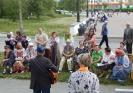 Артисты и посетители ретро-дворика возле Центральной городской библиотеки