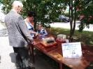 Посетители ретро-дворика возле Центральной городской библиотеки играли в настольные игры: домино, шашки и шахматы